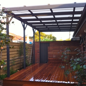 BAYSWATER - Deck and matching screen with polycarbonate pergola.